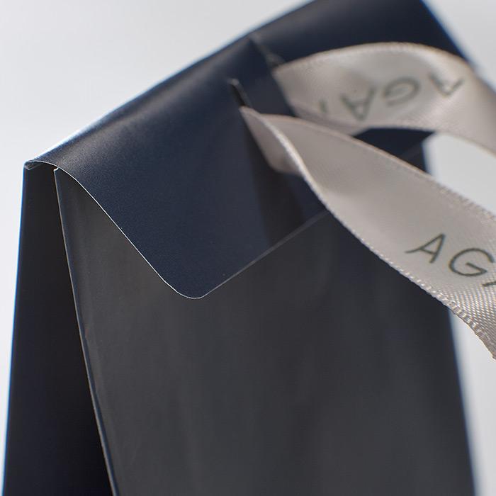 Elegante Geschenkbox mit bedruckter Schleife