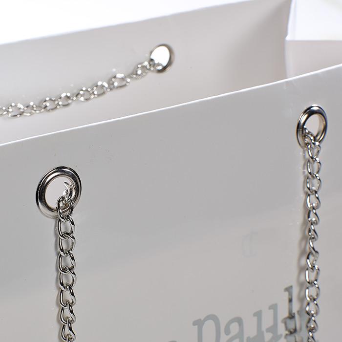 Metallösen und Stahlkette für den besonderen Pfiff